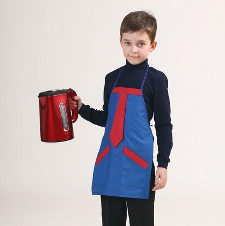 Украсить передник для мальчика можно декором из ткани контрастного цвета